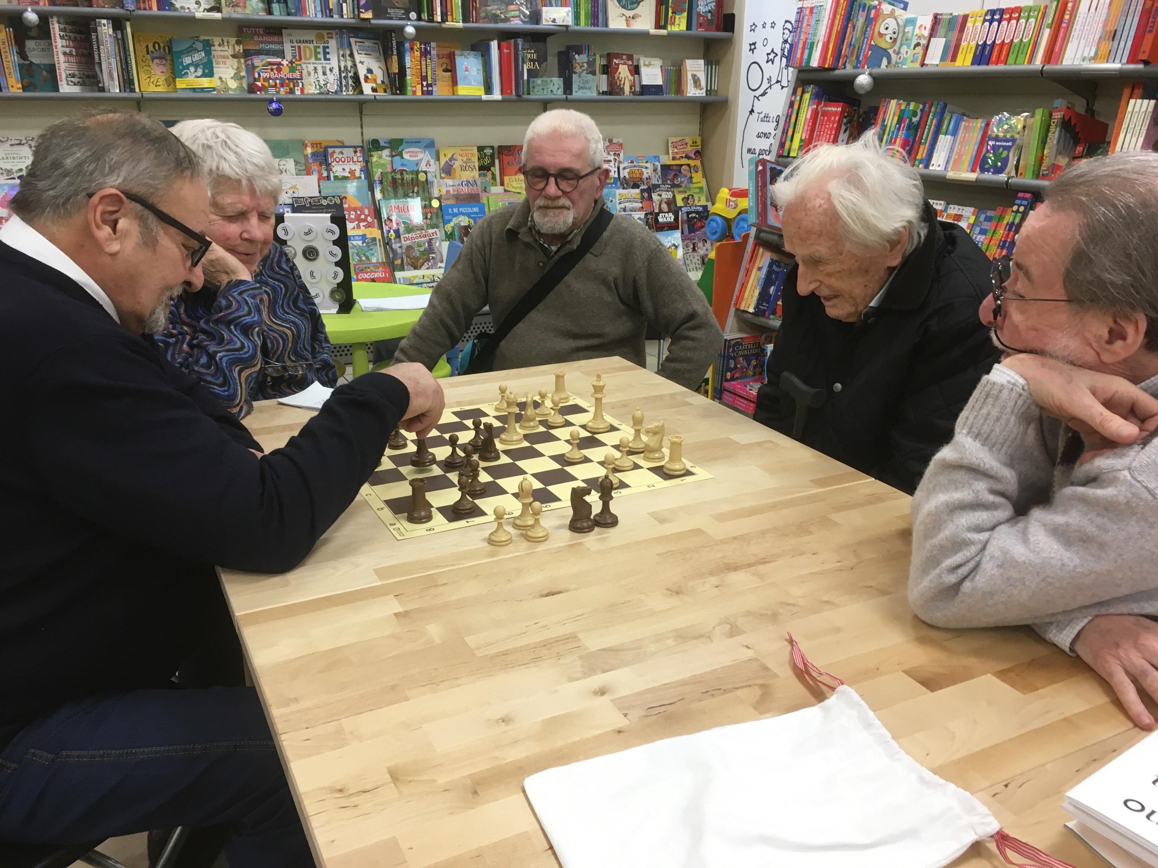 101 anni e giocare a scacchi con piacere