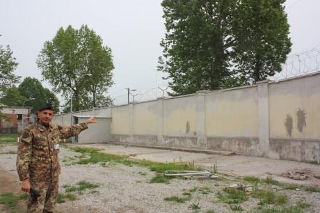 Il capitano Stefano Silvia, RSPP della Caserma Cadorin, mostra i lavori di riparazione della facciata interna del muro di cinta effettuati dai militari insieme ai mastri artigiani della CNA di Treviso