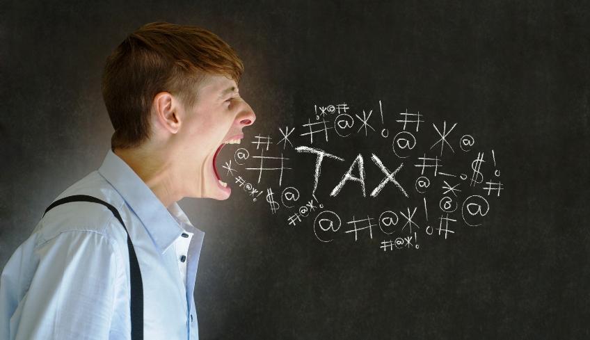 Tasse un uomo disperato e arrabbiato grida tax